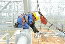 施工人员在高空安装架空线